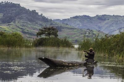 trekking-lake-bunyonyi-canoe-uganda-day-tours